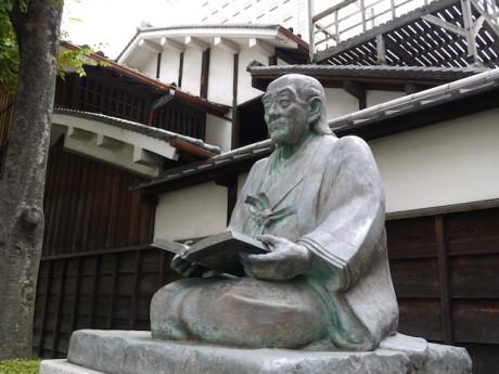 緒方洪庵の銅像と「適塾」