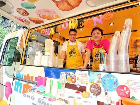 キッチンカーから笑顔を見せるスタッフの松川さんと飯塚さん