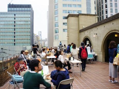 芝川ビル4階モダンテラスで開催される「芝川ichi」の様子(写真提供=千島土地)