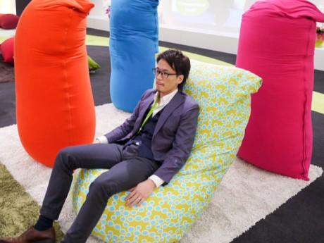Yogiboの座り方を教えてくれる岸村さん