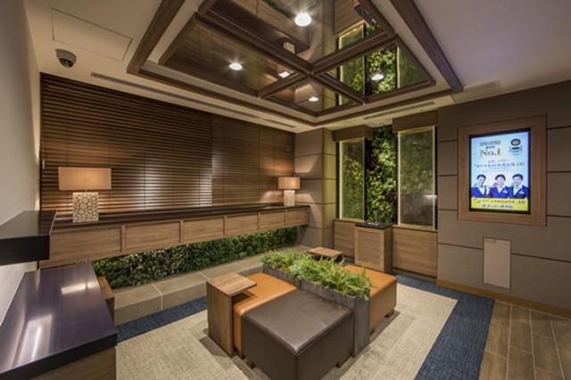 「スーパーホテルLohas地下鉄四つ橋線・本町24号口」のロビー(写真提供=スーパーホテル)