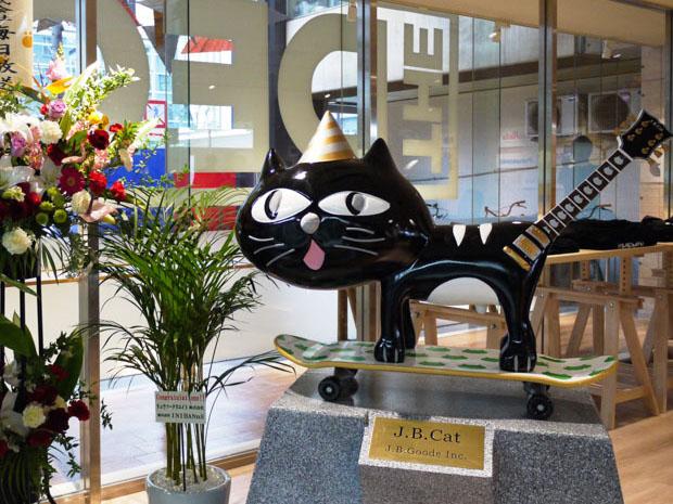 TheDECKに入ると出迎えてくれる猫のオブジェ「J.B.Cat」