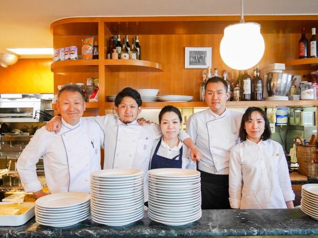 「ピアノピアーノ肥後橋本店」料理長の塚本さん(左)とスタッフの皆さん