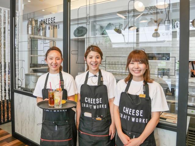 「CHEESE CRAFT WORKS 淀屋橋」店長(写真中央)とスタッフ