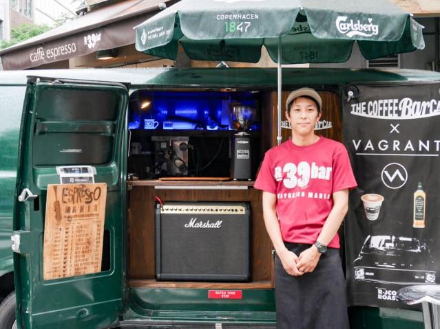 「R39bar」店長の亀田さんと移動式販売車