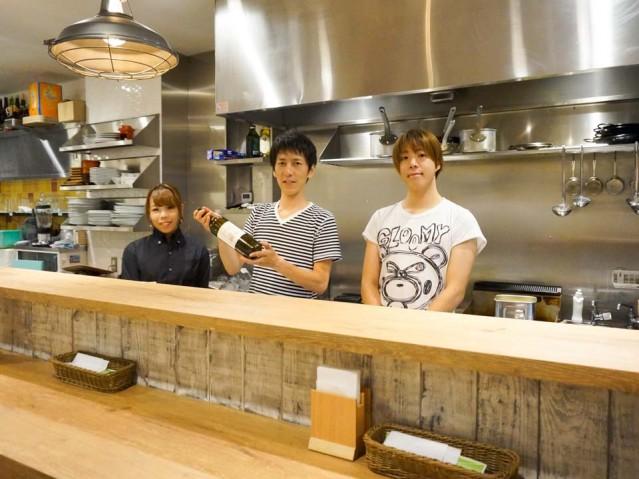 創作イタリアン「いとりあん」店長の渡辺さん(中央)とスタッフ