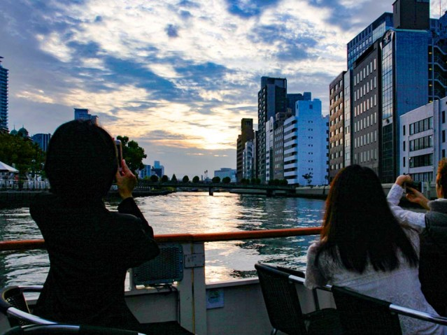 淀屋橋港を出港した小型クルーズ船からの眺め
