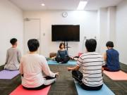 大阪・本町のIT企業が「ヨガ研修」導入 新入社員対象に