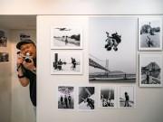 大阪・北浜で糸川燿史さん写真展 芸人65組のモノクロ写真270枚