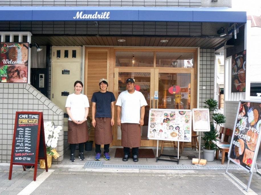 店長の中林さん(中央)と、スタッフのユーティンさん(左)、ドラさん(右)
