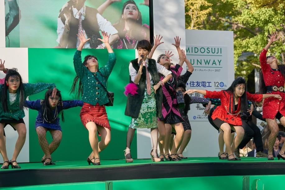 荻野目洋子さんと登美丘高校ダンス部のコラボパフォーマンス(写真提供=久岡写真事務所)
