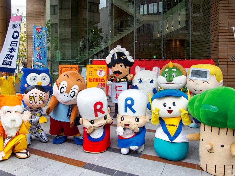 くすりの町・道修町に集まったキャラクター(昨年の様子)