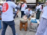 大阪・御霊神社で奉納餅つき大会 雑煮など餅料理味わう