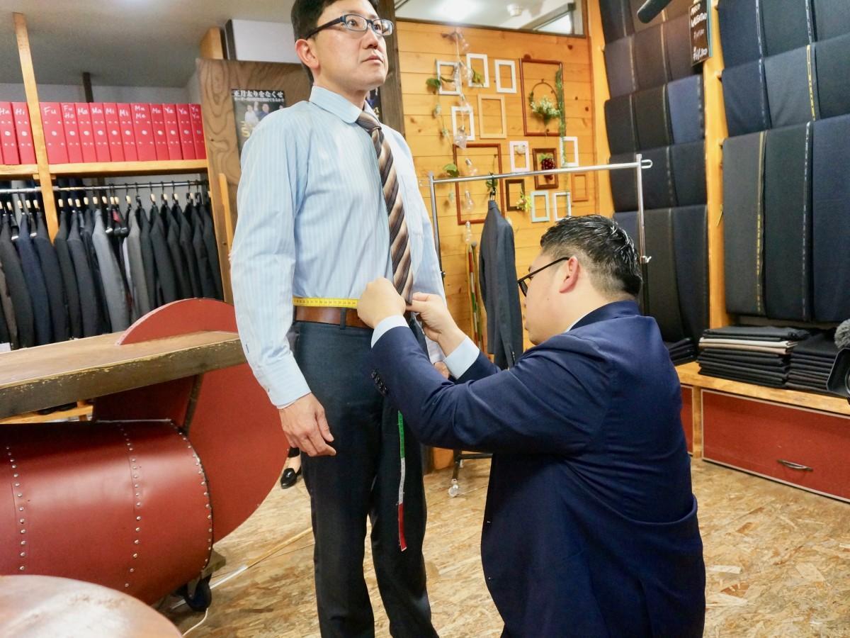 挑戦者・今井洋之さんの腹囲を計測する岸裕亮さん