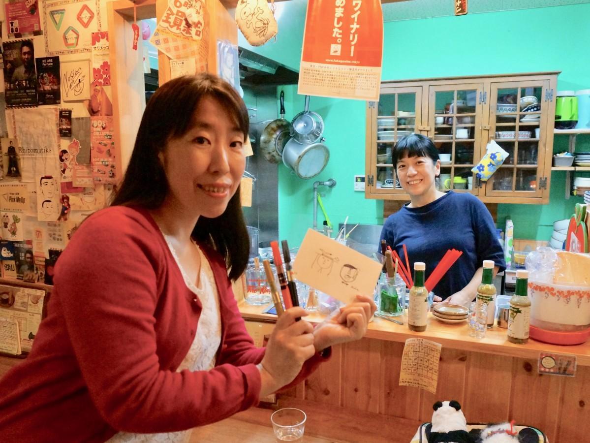 「青空習字教室」代表の原口かなさん(左)と「watte」店主の江崎ゆかりさん