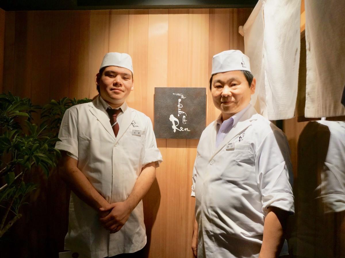 矢部建樹店長(左)と宗山浩二総料理長
