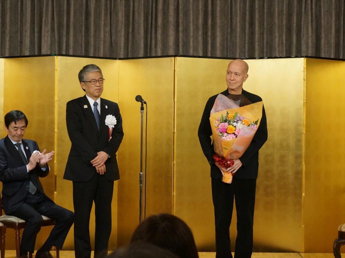 受賞した指揮者の井上道義さん(右)