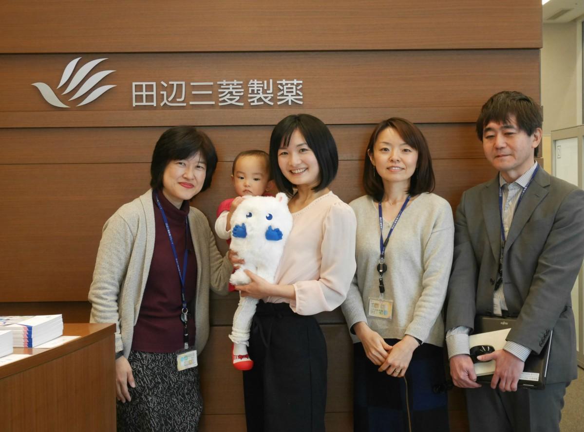 田辺三菱製薬創薬本部の小林愛弓さん(左から2人目)と人事部、広報部の皆さん