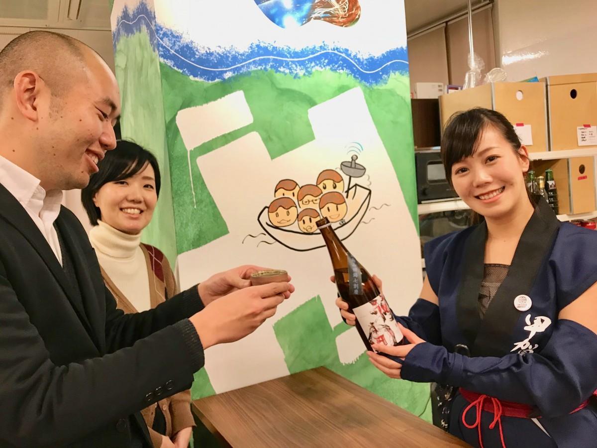 くノ一姿で日本酒を振る舞う前川保志花さん(右)