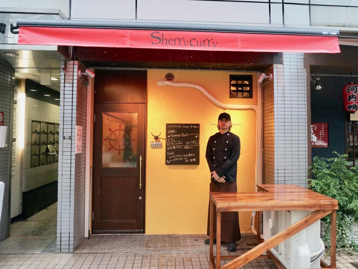 店の前に立つ店主の神野博幸さん