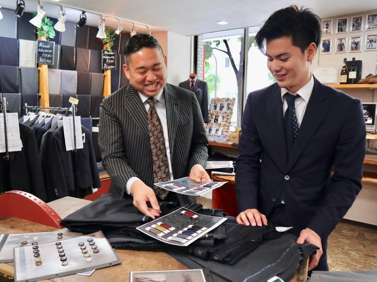 岸裕亮専務(左)と今年入社した新入社員の宮本悠真さん(右)