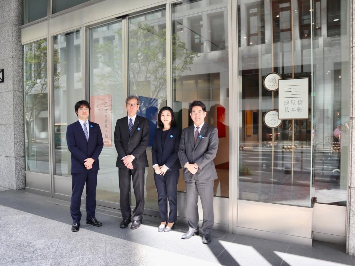 大阪支店の竹尾有一支店長(右)と「淀屋橋見本帖」のスタッフ
