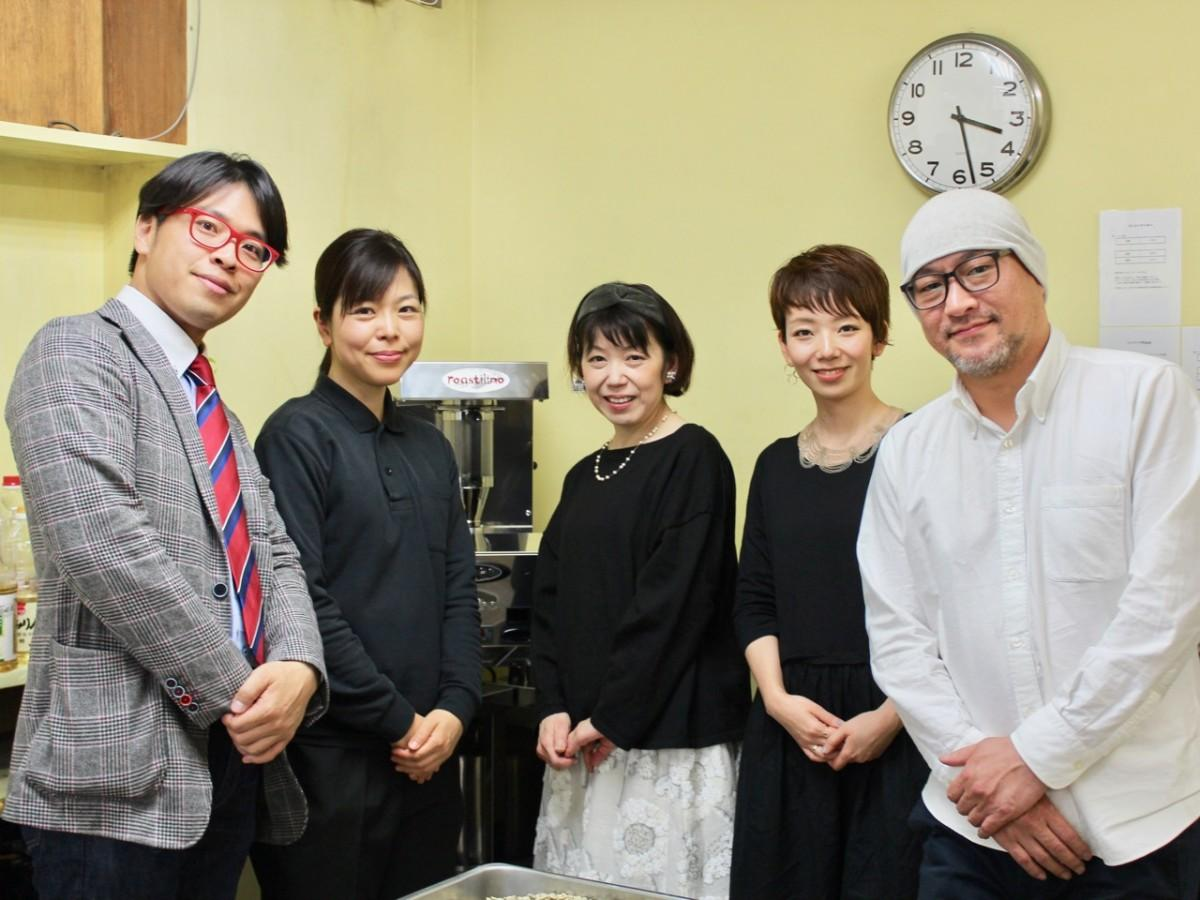 左から、GIVE&GIFTの中川社長、原さん、フェリシモの永冨さん、明里さん、ハチ・コーヒーローストの黒田さん