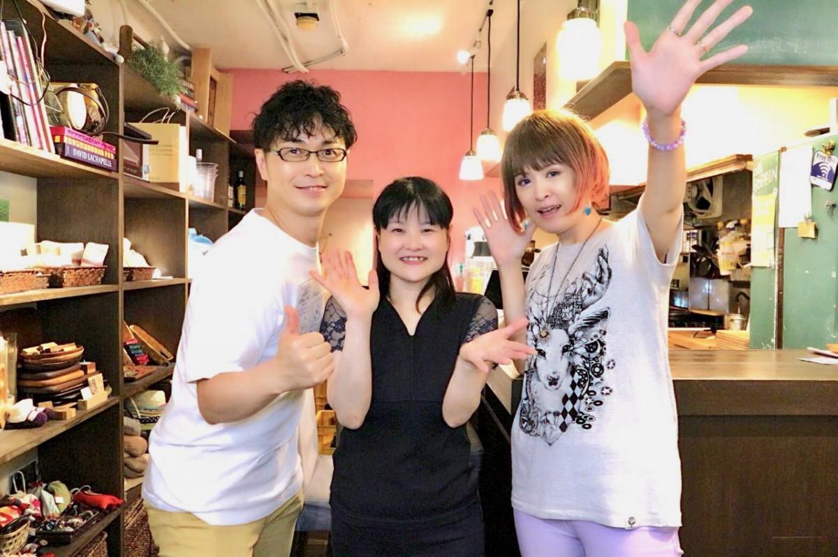 主催の染谷昌輝さん(左)と講師のりんさん(右)、鈴鹿智子さん(中央)