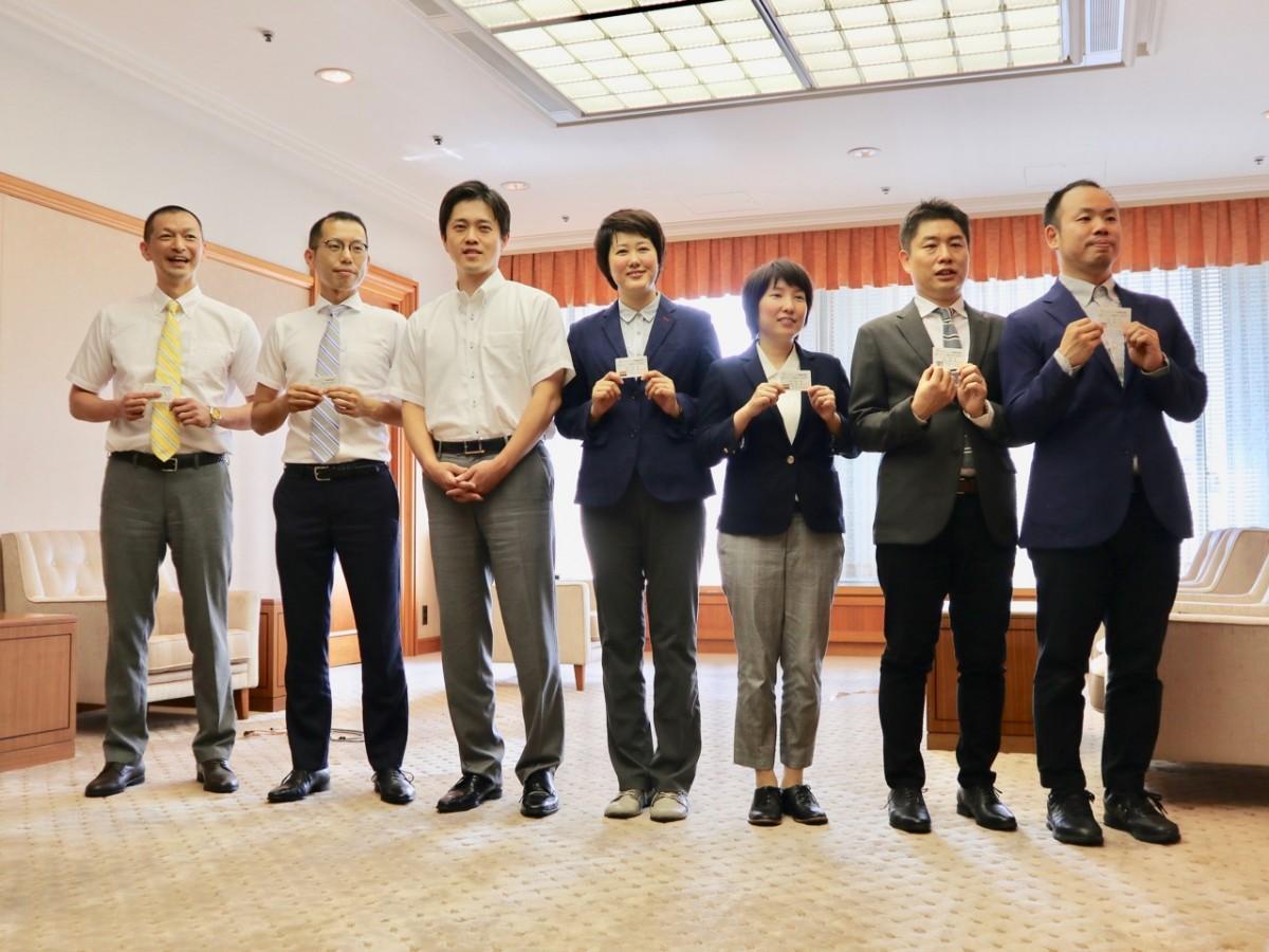 宣誓したカップル3組と吉村市長