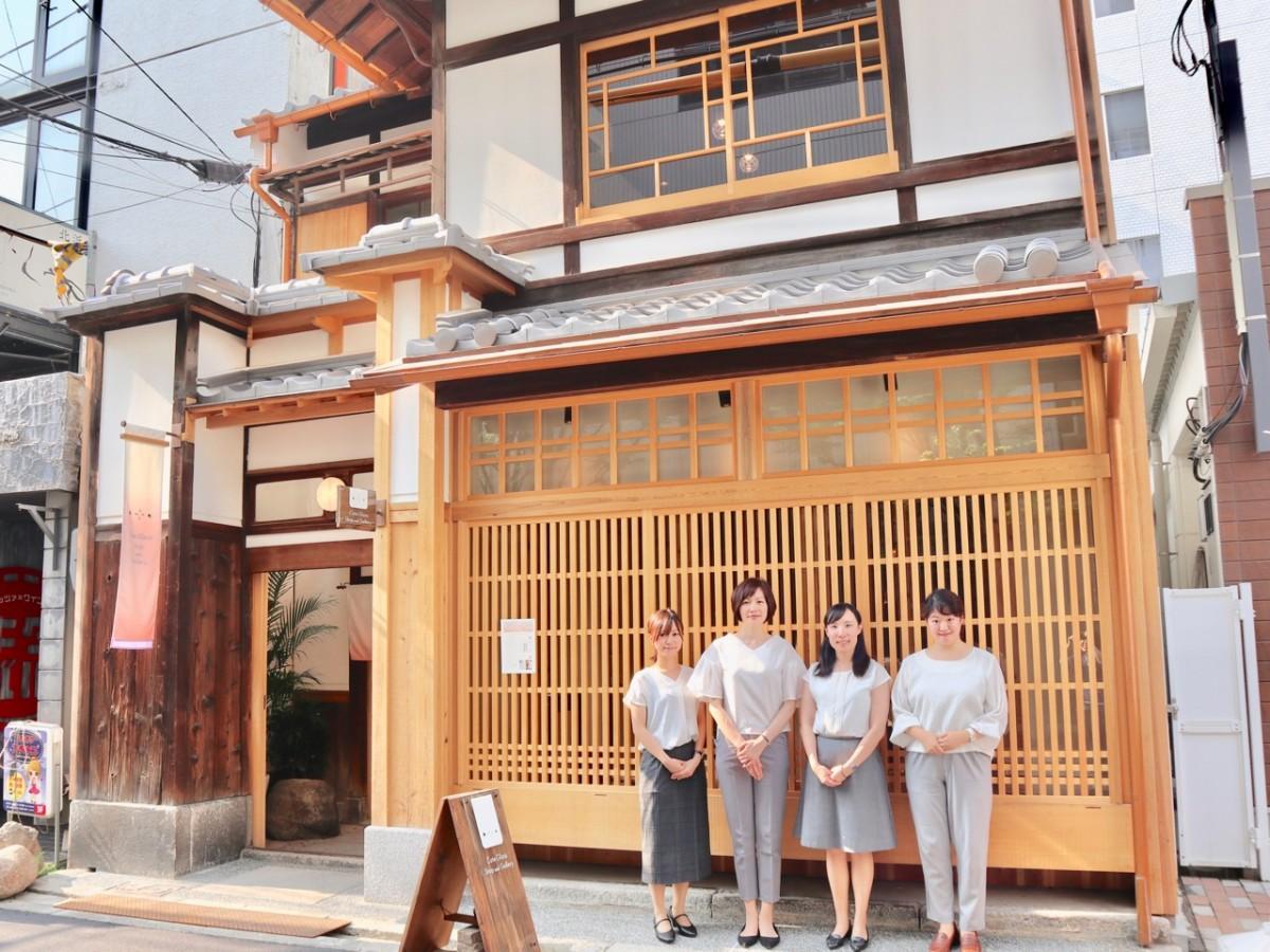 取締役の小西智香さん(右端)と店舗スタッフ