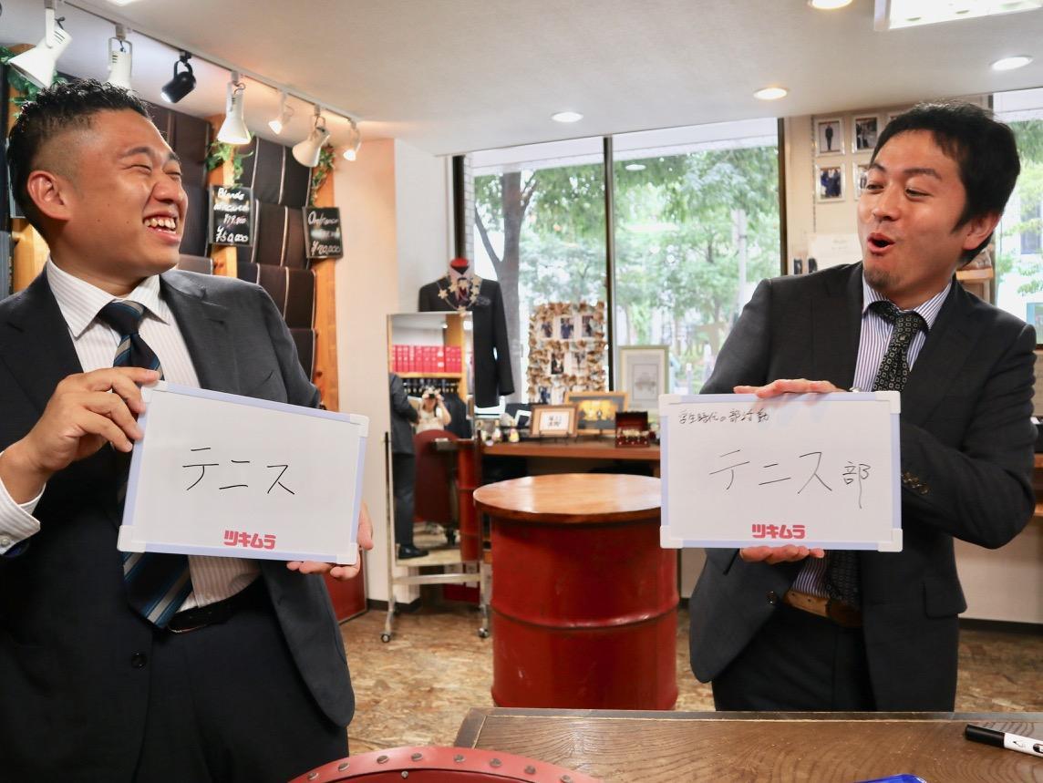 クイズの様子を再現する岸裕亮専務と本部企画室長の山中宜明さん
