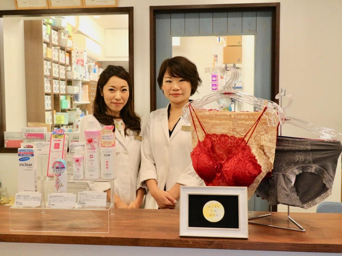 イベントの店内装飾イメージと右からレディーファーマシーの坂野さんと津田さん