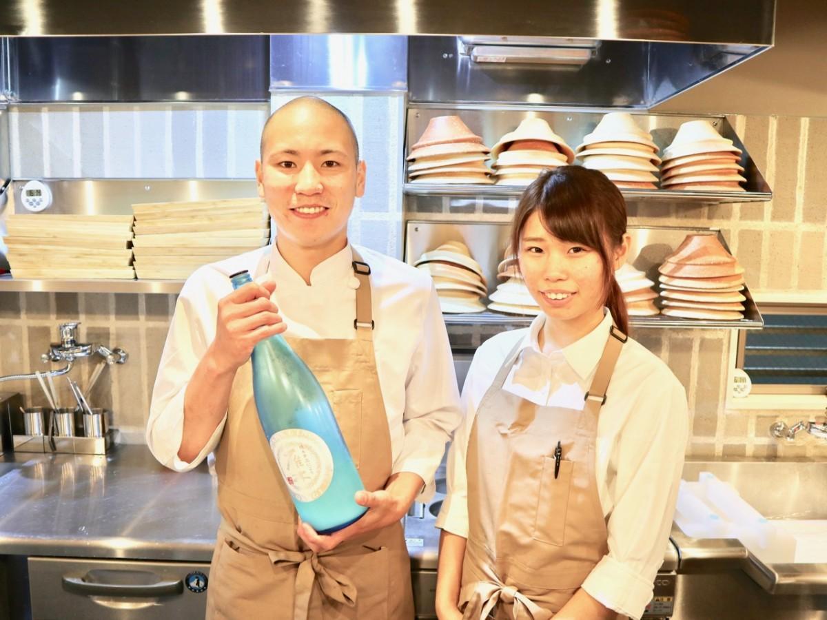 店長の小浦彪士さん(左)とスタッフ