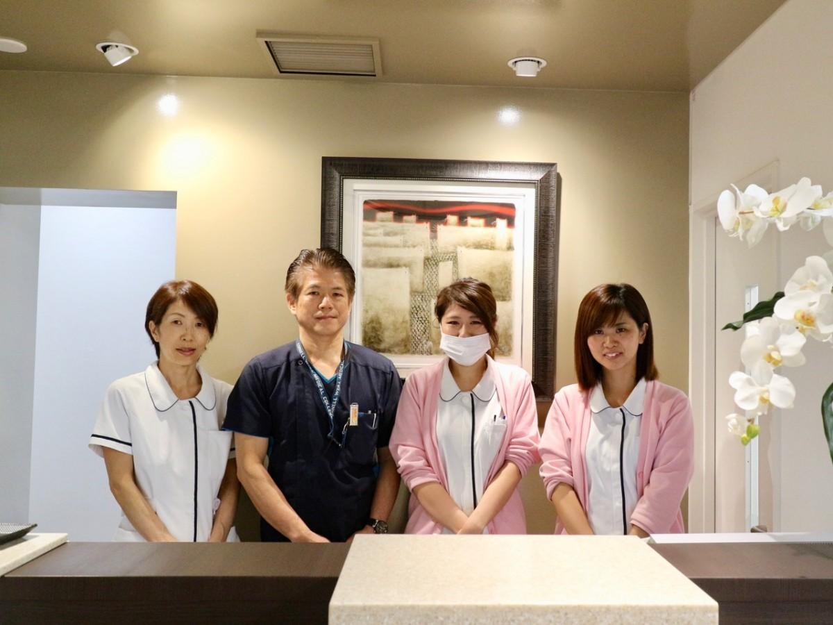 有本乳腺外科クリニック本町の有本裕一さん(右から3番目)とスタッフ