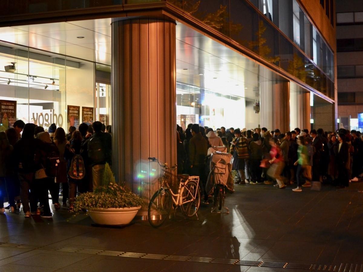 深夜の本町にできた約350人の行列(写真提供=Yogibo Store)
