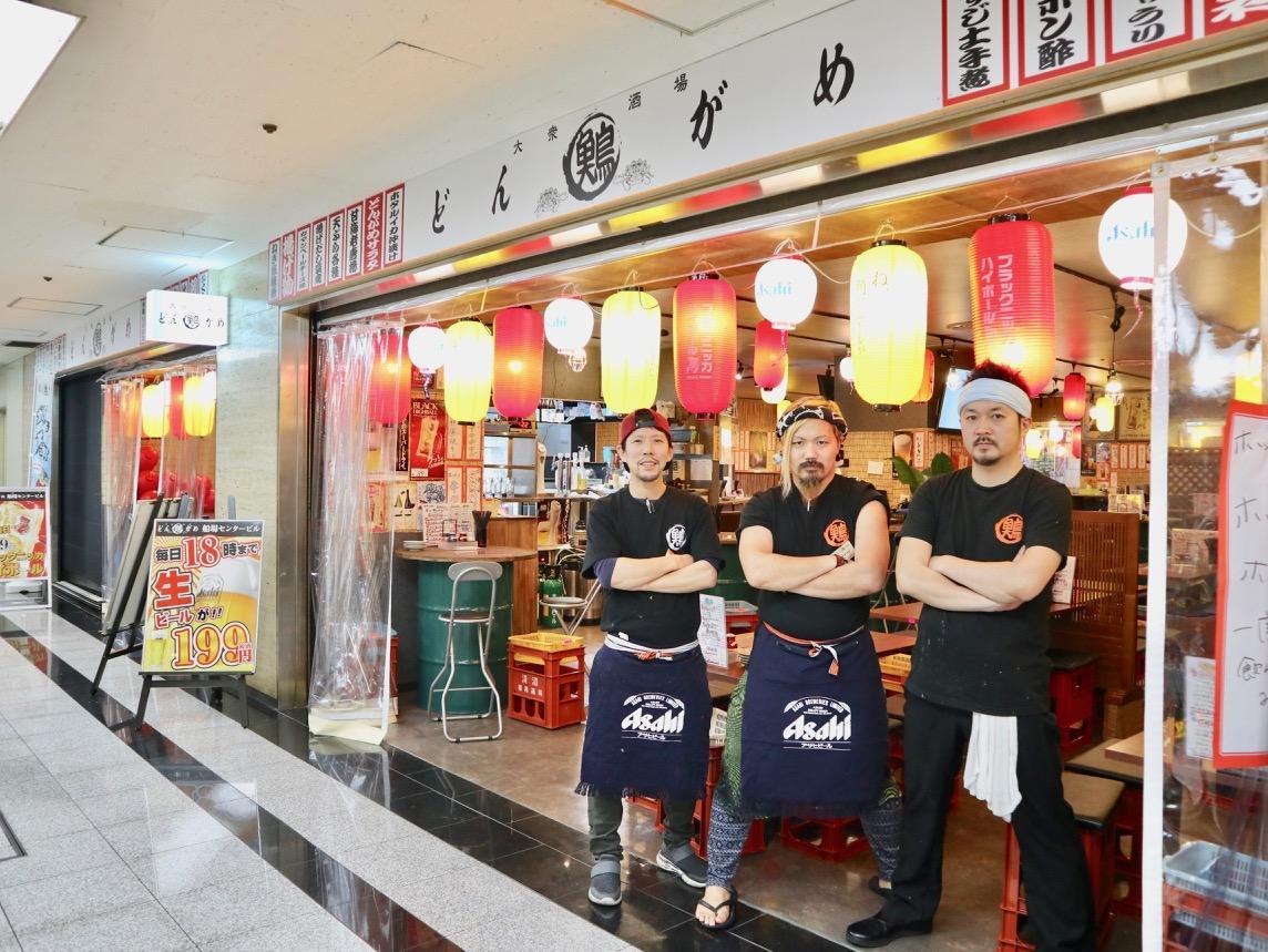 マネジャーの若林達大さん(中央)、店長の高見和弘さん(左)とスタッフ