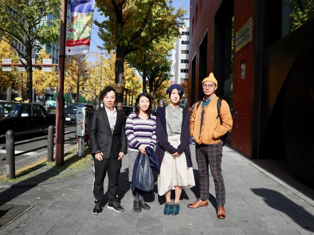 出展アーティストとキュレーターの高田久紀さん(左端)