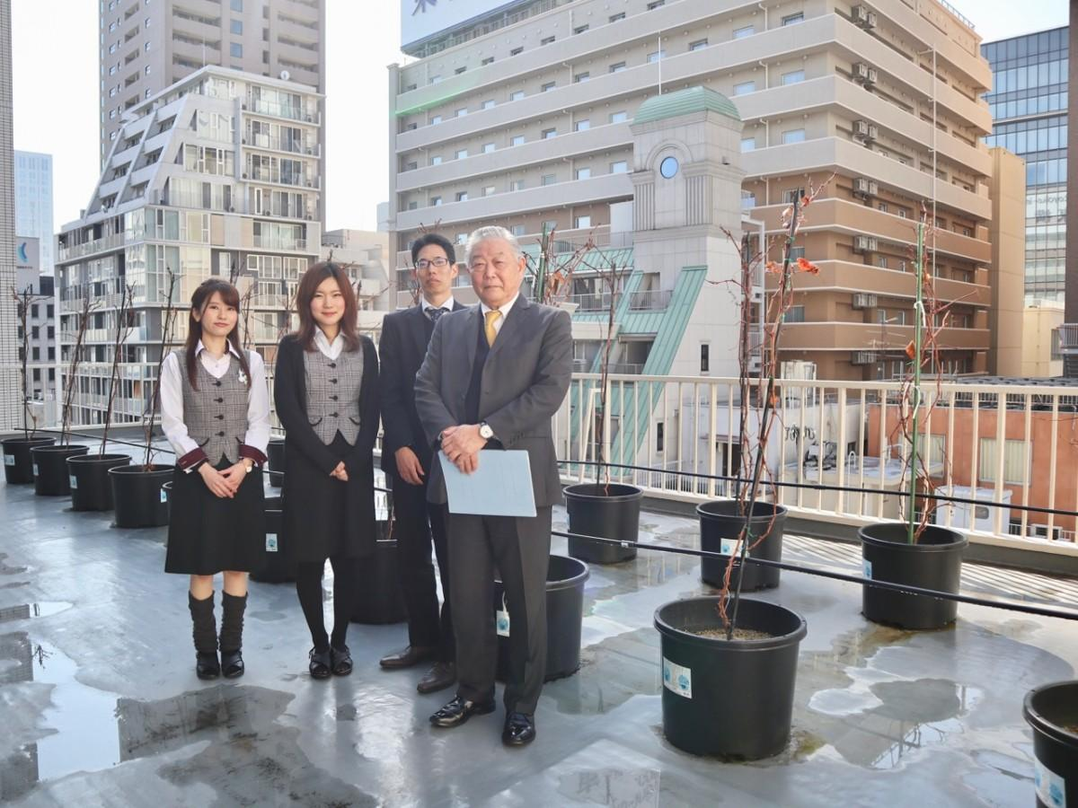 「日本バルク薬品」の平田公秀社長(右端)とブドウ栽培担当社員