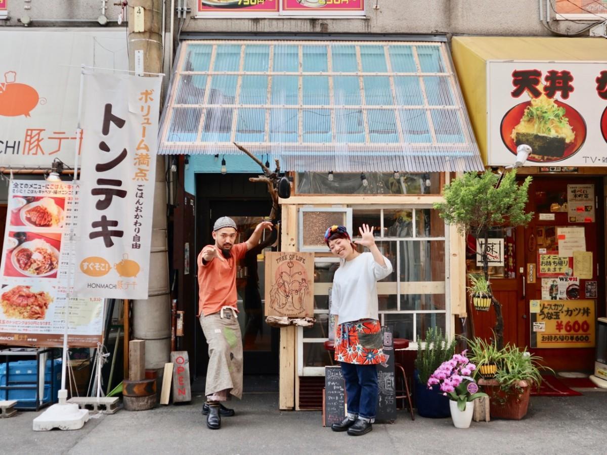 店長の田村浩二さん(左)とスタッフ