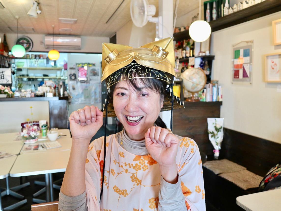 「猫カブト」を被る「フレイムハウス」店主の加藤美佐子さん