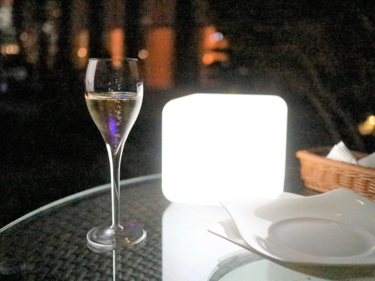 夜の明かりに映えるシャンパン「マム グラン コルドン」