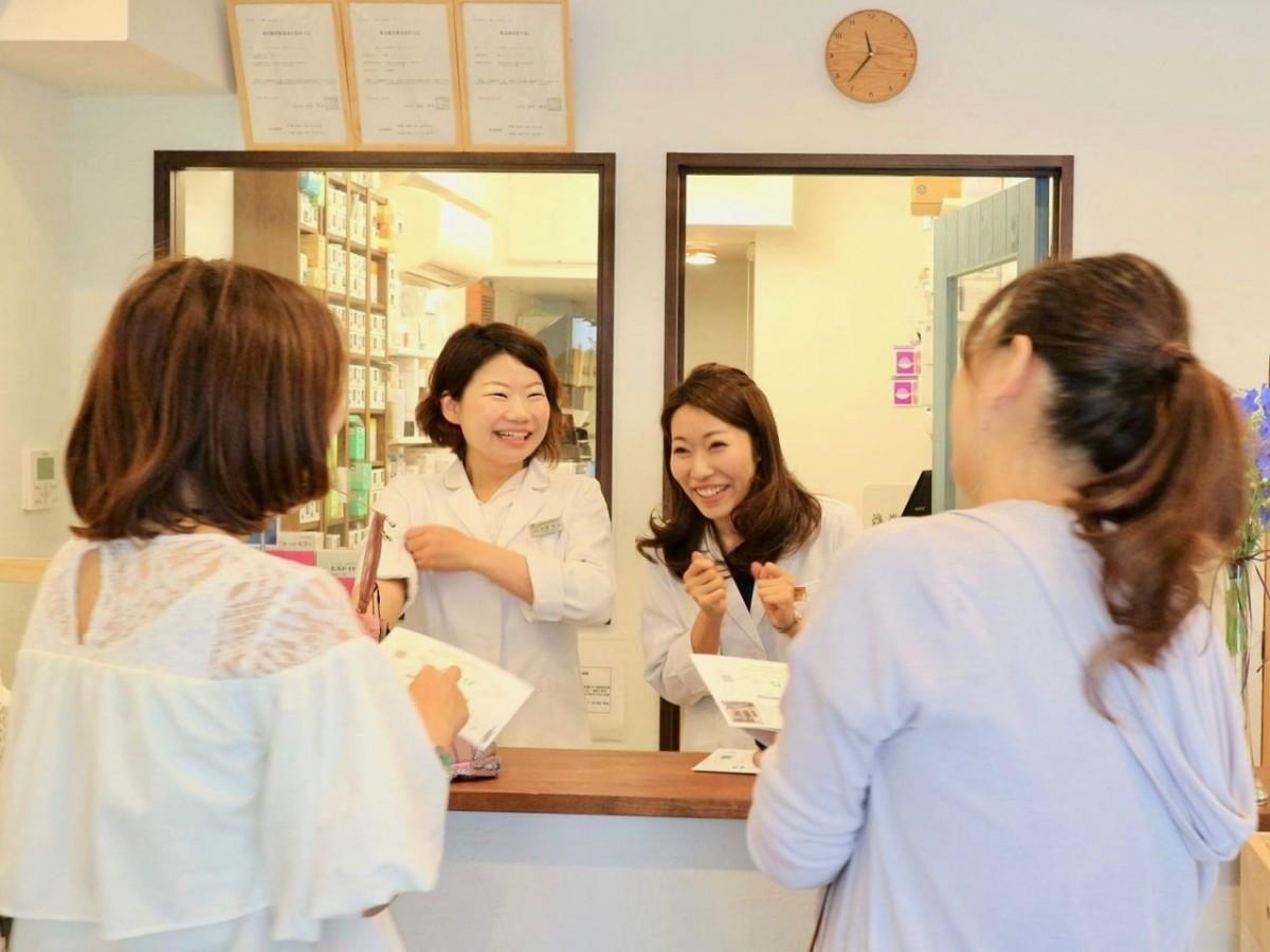 女性薬剤師と会話する様子