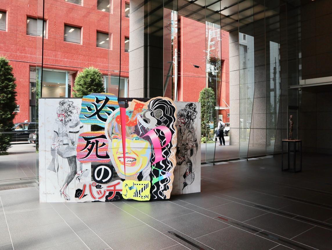 銀泉備後町ビル(瓦町3)に展示された安本香織さんの作品(左)と水島康宣さんの作品
