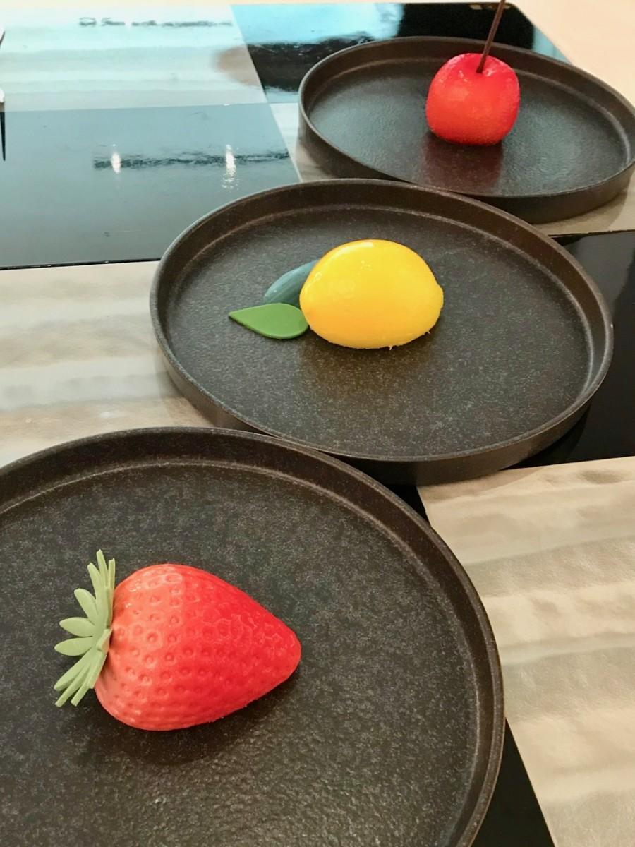 イチゴ、レモン、チェリーの3種類から選べる本物の果実そっくりのメインデザート