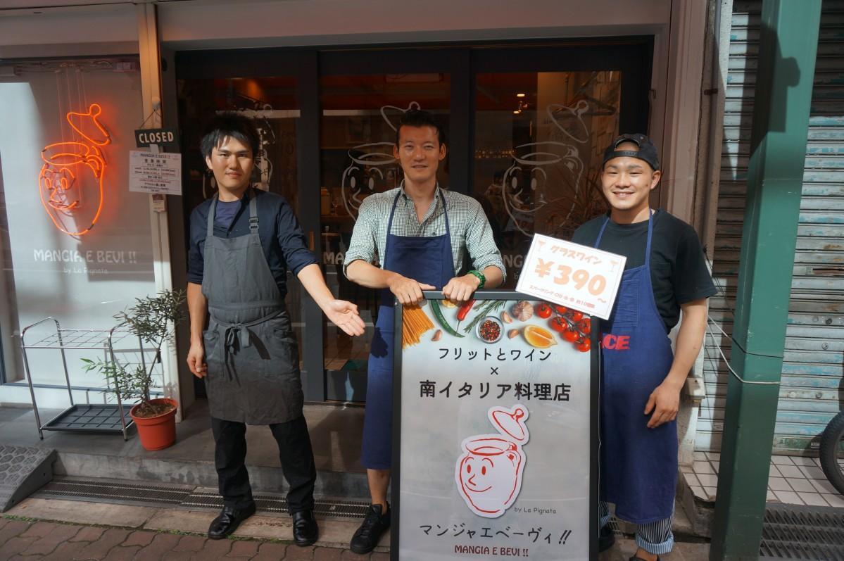 大田店長(中央)とスタッフ