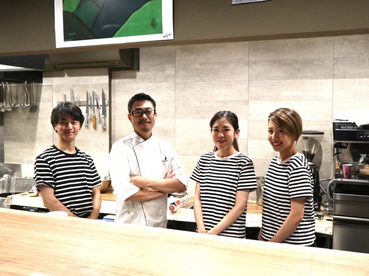 スタッフと山中さん(左から2番目)