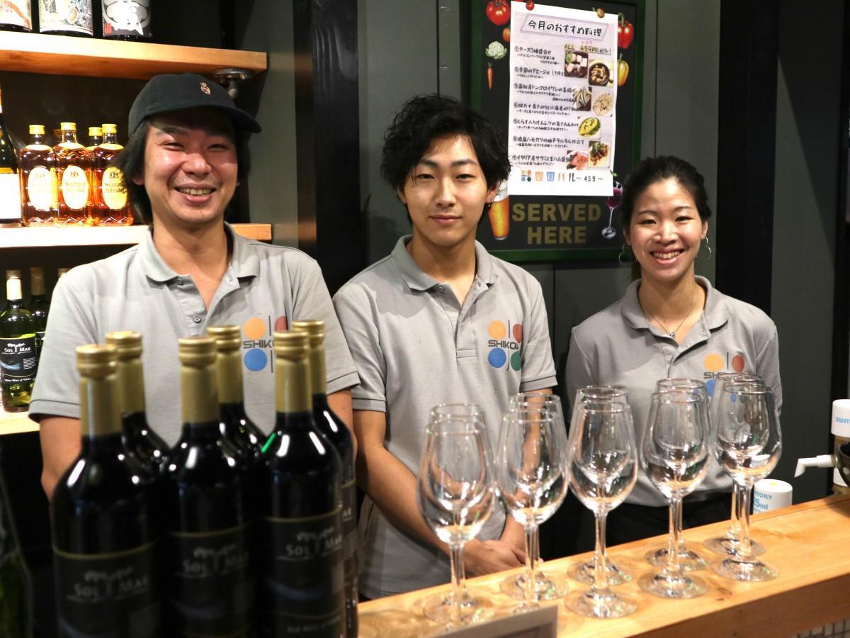 店長の窪田さん(左)とスタッフ