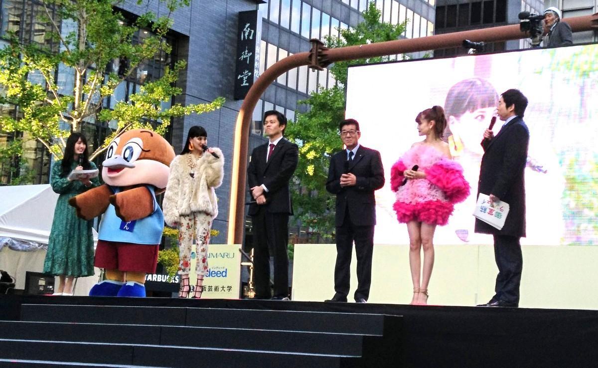 司会の今田耕司さんと吉村大阪府知事、松井大阪市長。漫才のような掛け合いトークで盛り上がる一場面も