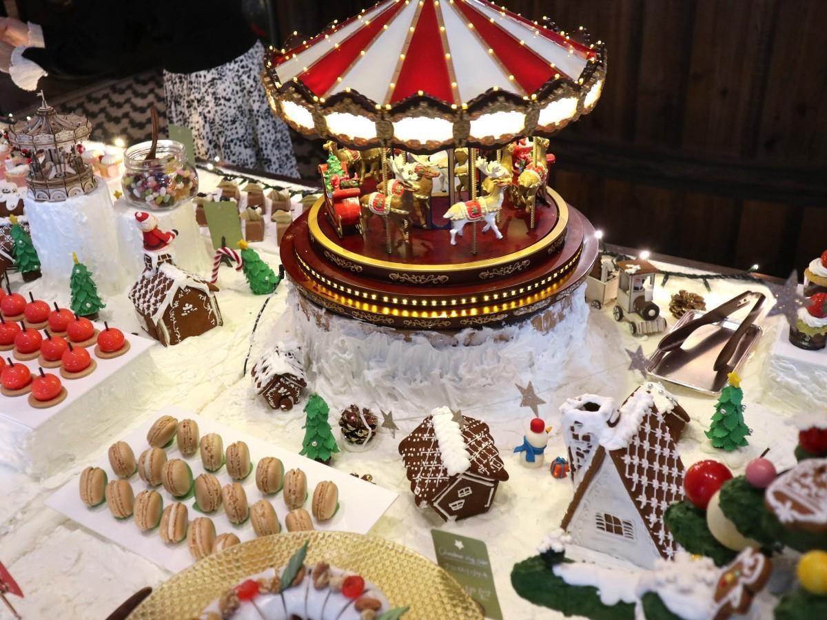 クリスマスカラーでいっぱいのビュッフェ台