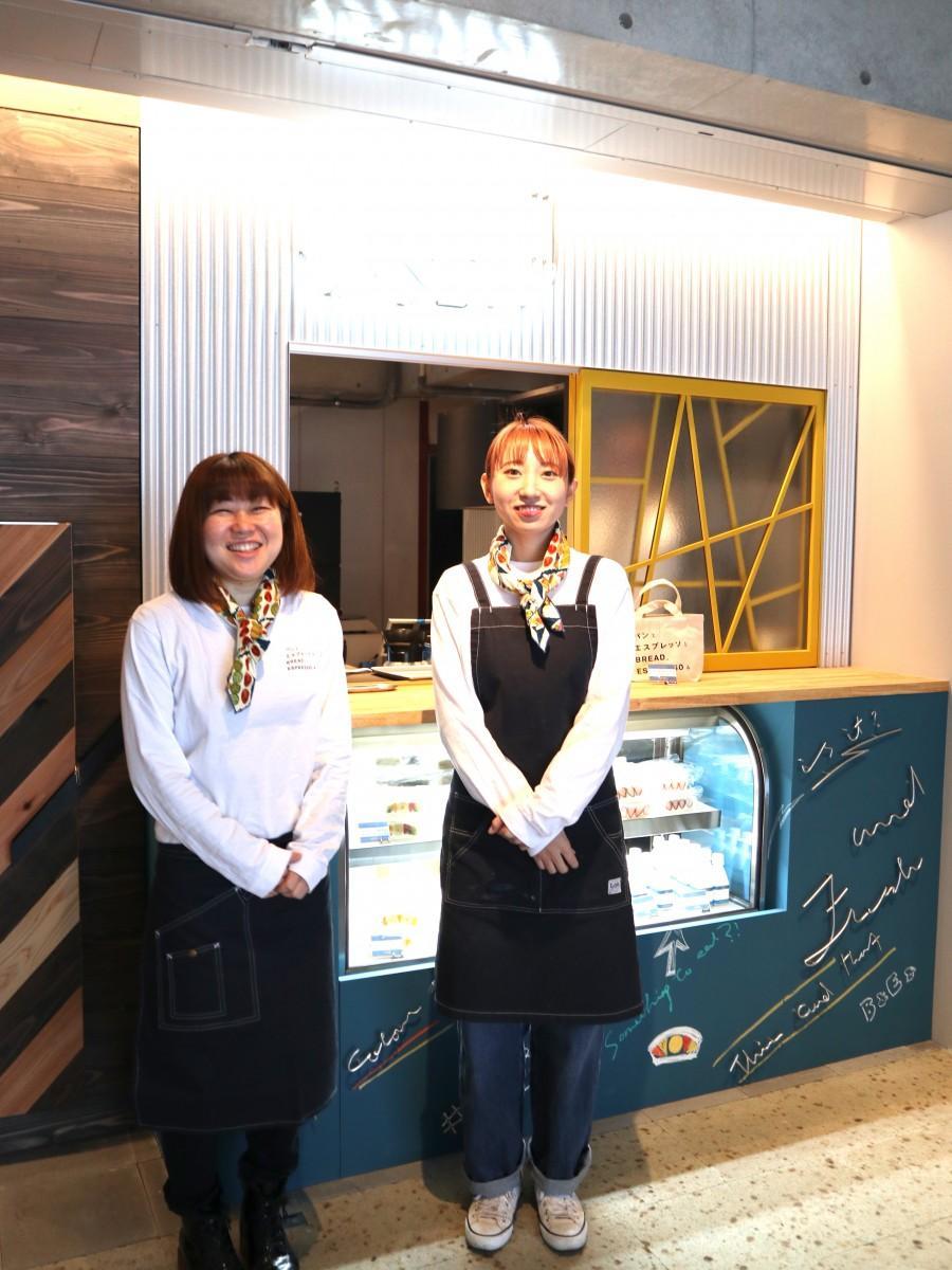 店長の吉川さん(左)とスタッフ